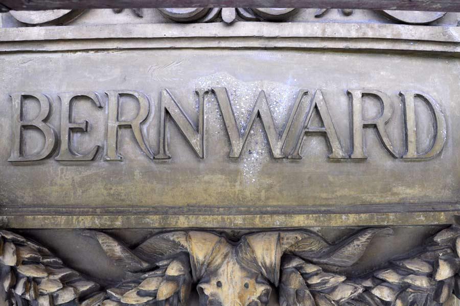 Restaurierungsschritte bei der Bearbeitung  einer Namenskartusche am Fries - Martin-Gropius-Bau Berlin
