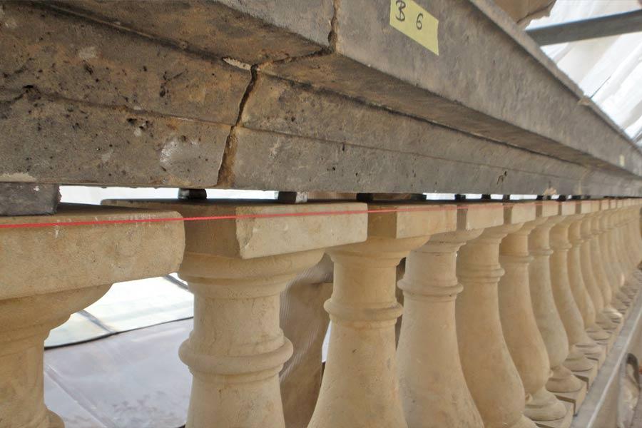 restauriertes Balustradenfeld auf der Attika - Orangerieschloss Park Sanssouci - Detailansicht