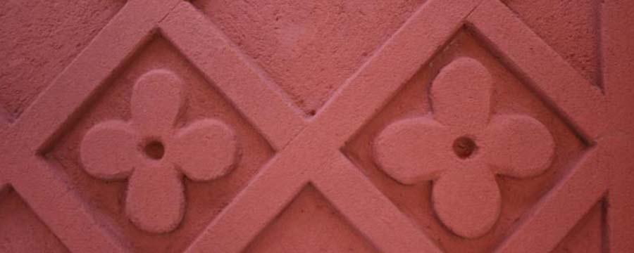Detailansichten während der Bearbeitung einer Putzblüte - Erlöserkirche Berlin-Rummelsburg