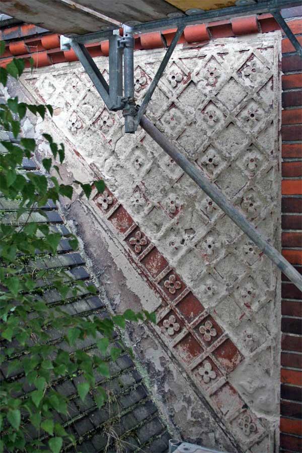 Stuckfeld über dem Westportal im Vorzustand - Erlöserkirche Berlin-Rummelsburg