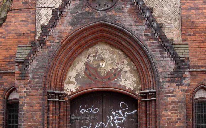 Ansicht eines Seitenportals im geschädigten Vorzustand - Erlöserkirche Berlin-Rummelsburg