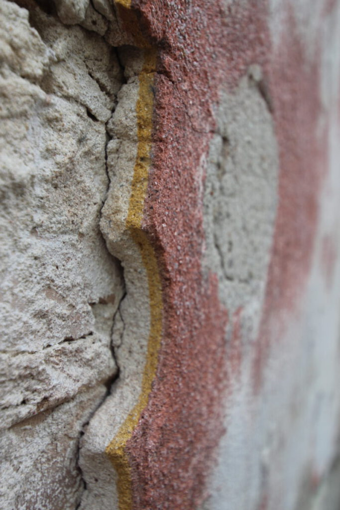 Detailansicht zum Putzaufbau der Sgraffito-Dekorationen an den Hausfassaden